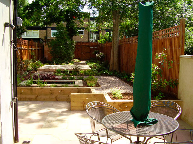 Shady low maintenance garden on two levels for Small split level garden ideas
